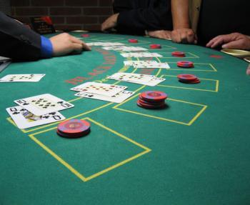 Fichas y mesa de blackjack